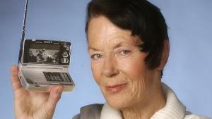 Barbara Helsingius med långvågsmottagare 2004