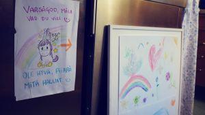"""En teckning på en enhörning där det står """"var så god, rita vad du vill"""", bredvid finns ett annat papper där barnen har ritat."""