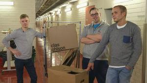 Joonas Mäki, Kristian Rehnström ja Jukka Sannikka testaavat muuttolaatikoita.