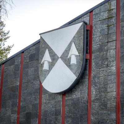 Pihtiputaan vaakuna kunnantalon seinässä.