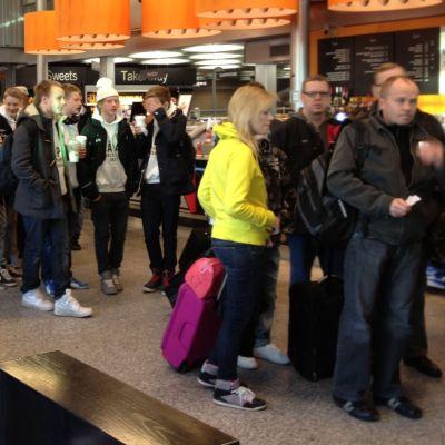 Tusentals köar på flygfältet