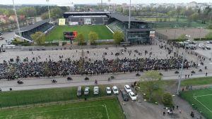 Luftfoto av hundratals motorcyklar som är parkerad framför Kuppis fotbollsstadion i Åbo.
