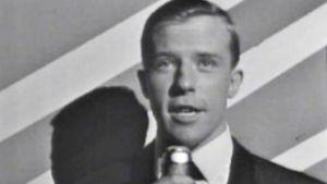 Juontaja Antti Einiö Linnanmäen Peacock-teatterin twistkonsertissa 1964.