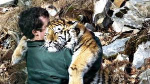 Rune Landåsin työpäivä Kristiansandin eläintarhassa kuluu huolehtimalla eläinten hyvinvoinnista.