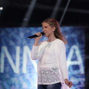 """Linnea uppträder med sin låt """"Bråttom"""" under finaldagens av MGP 2016."""
