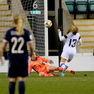 Amanda Rantanen gör mål mot Skottland.