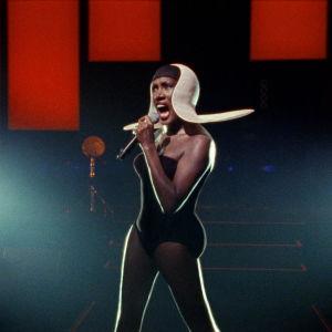 Grace Jones lavalla. Kuva dokumenttielokuvasta Grace Jones: Bloodlight and Bami.