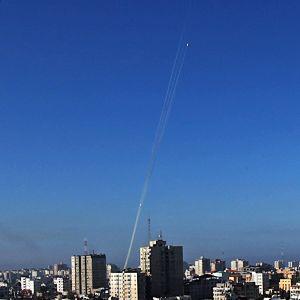 Militanta palestinier avfyrar raket från Gaza city.