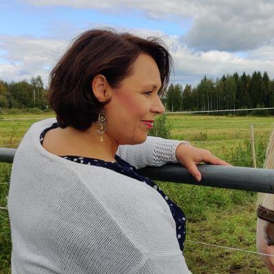 Oopperalaulaja Tuija Knihtilä syöttämässä leipää Joihun Jymy-ravihevoselle