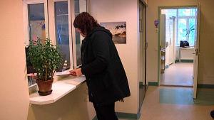 En kvinna lämnar in en ansökan till Raseborgs socialbyrå.