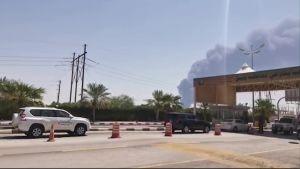 En skärmdump från en videoupptagning utanför oljeraffinaderiet Abqaiq visade ett stort rökmoln ännu på lördag morgon.