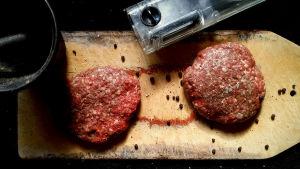 Två biffar av malet nötkött med mortel och saltkvarn.