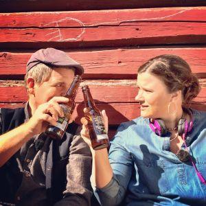 Owe Salmela och Camilla Forsén-Ström skålar med öl
