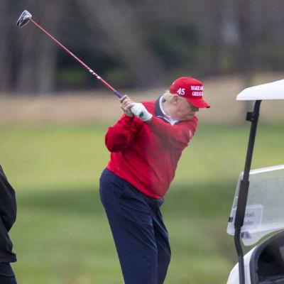 Donald Trump spelar golf.