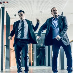 Birger (Carl-Kristian Rundman) ja Martin (Mats Långbacka) juhlistavat uuden kauppakeskuksen avaamista sarjassa Lola ylösalaisin.