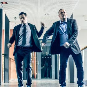 Birger och Martin firar öppnandet av nya shoppingcentret i dramaserien Lola uppochner.