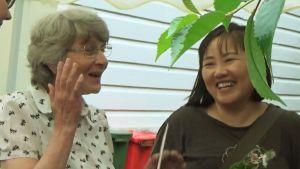 En finsk och en asiatisk kvinna talar.