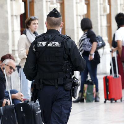Franska poliser patrullerar på metrostation.