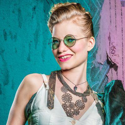 kuvassa näyttelijä Roosa Söderholm Minna Canthin novelliin perustuvan näytelmän Agnesin julisteessa