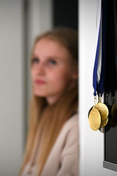 Mia Åstrand med guldmedaljer i förgrunden.