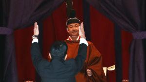 Kejsare Naruhito kröns.