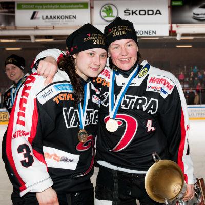 Jenni Hiirikoski och Riikka Välilä firar FM-guldet.