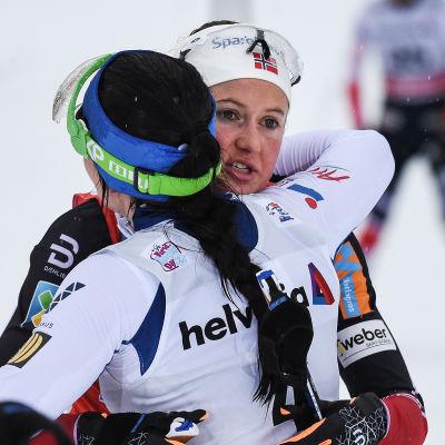 Krista Pärmäkoski gratulerar Ingvild Flugstad Östberg, Tour de Ski 2018.