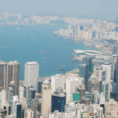 Vy över staden Hongkong. Hongkong är det ledande finanscentrumet i Asien. Också många västländer har gjort massiva investeringar i den förra brittiska kolonin