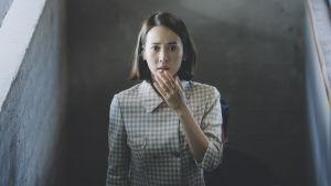 Närbild på fru Park (Yeo-jeong Jo) som ser förskräckt ut.