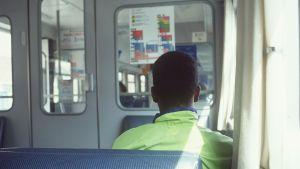 Ung man i tåg.