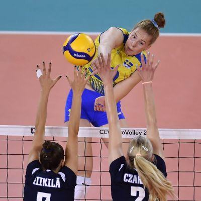 Isabelle Haak slår bollen över nätet.