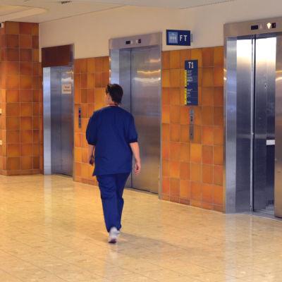 Sjukskötare går genom aulan i Vasa centralsjukhus på väg mot hissen