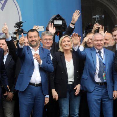 Euroopan oikeistopopulistit kokoontuivat reilu viikko sitten Milanossa. Kuvassa Hollannin Geert Wilders (vas.), Italian Matteo Salvini ja Ranskan Marine Le Pen.