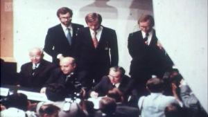 Leonid Brezhnev allekirjoittaa sopimuksen
