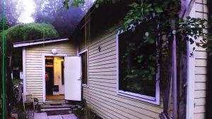 Valokuva Poliisin esitutkintamateriaalista: talo kuvattuna ulkoa