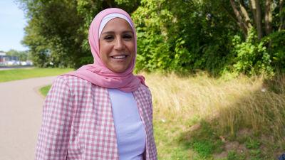 Iman Abbas skrattar och tittar in i kameran
