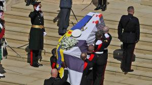 Prins Philips kista bärs in i St George's Chapel.