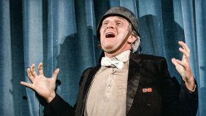 Natsi-musikaalikäsikirjoittaja Franz Liebkind (Kenneth Mars). Kohtaus elokuvasta Kevät koittaa Hitlerille (1968).
