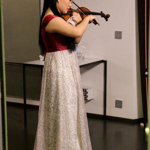 Minami Yoshida odottaa vuoroaan. Tshaikovskin viulukonsertto on vuorossa.