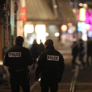 Två poliser under kvällen den 11 december.