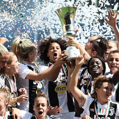 Juventus-damerna firar cuptiteln.