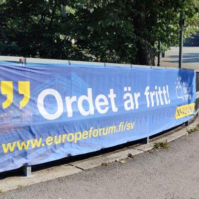 """En blå banderoll med texten """"Ordet är fritt""""."""