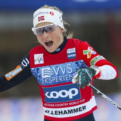 Therese Johaug går i mål.