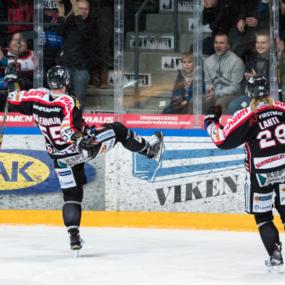 Janne Kolehmainen jublar efter JYP:s tredje mål för kvällen.