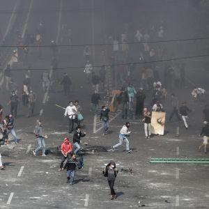 Demonstranter kastar sten mot polisen efter att valresultatet i Indonesien offentliggjordes