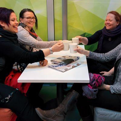 Helena Hemminki, Mirja Pajula, Anne Kohtala ja Hanne Pohjaviita skoolaavat kahvikupeilla.