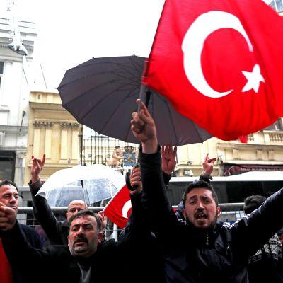 Turkin presidentin Recep Tayyip Erdoğanin tukijat protestoivat Istanbulissa Hollannin konsulaatin edessä sunnuntaina.