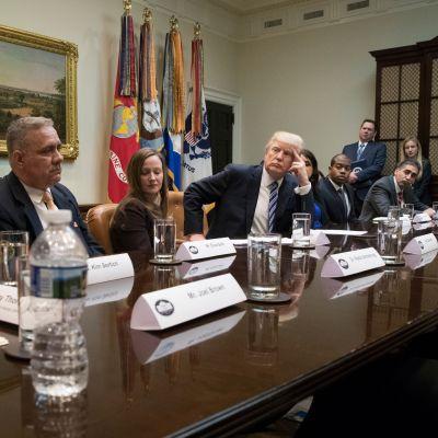 Yhdysvaltain presidentti Donald Trump tapasi Valkoisessa talossa maanantaina 13. maaliskuuta ihmisiä, jotka vastustavat Barack Obaman terveydenhuoltouudistusta.