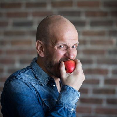 Huippukokki Hans Välimäki maistaa omenaa