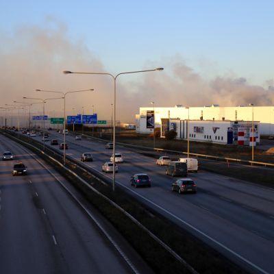 Tulipalon savua Tuusulanväylällä.